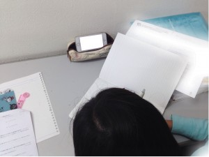 iPhoneを使って自習する生徒